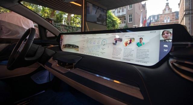 Không còn chạy đua mã lực, các hãng so kè kích cỡ màn hình trên xe - 4