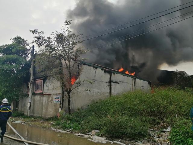 Hà Nội: Cháy lớn tại khu xưởng 1.000m2 ở làng nghề chăn ga gối nệm - 2
