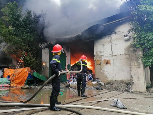 Hà Nội: Cháy lớn tại khu xưởng 1.000m2 ở làng nghề chăn ga gối nệm - 1