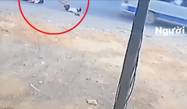 Thêm xe đưa rước bung cửa sau, 2 học sinh tiểu học rơi xuống quốc lộ - 1