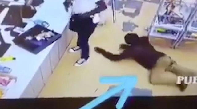 Video: Tên cướp có vũ trang mải lấy tiền, bị trộm lại tiền mà không hay biết