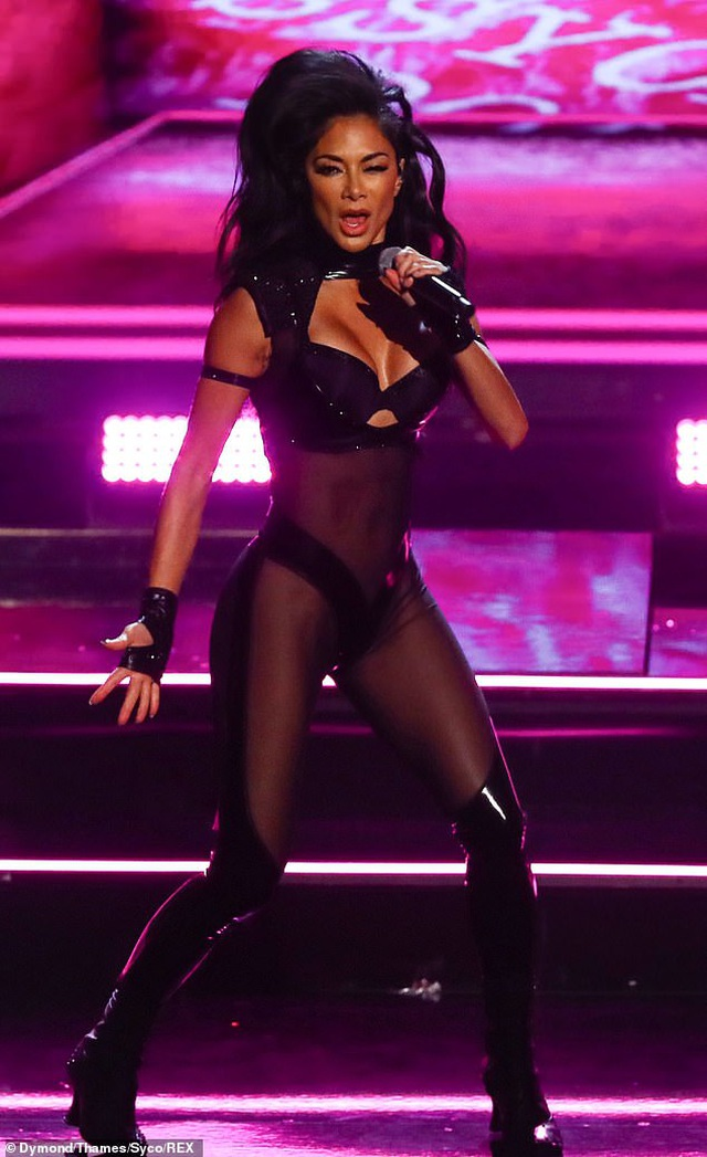 Choáng váng với trang phục diễn của Nicole Scherzinger - 2