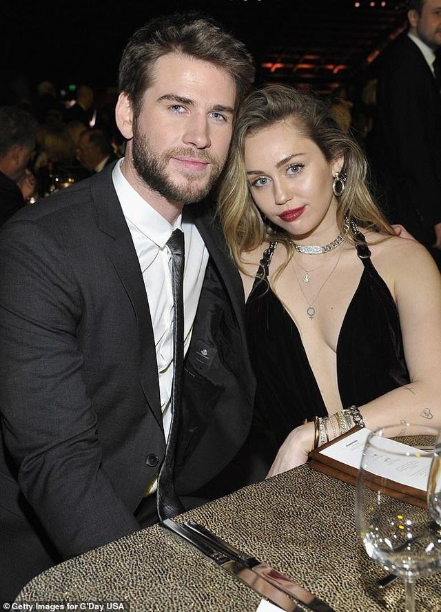Hậu chia tay, Miley Cyrus và Liam Hemsworth đón kỳ nghỉ lễ quá khác biệt - 3