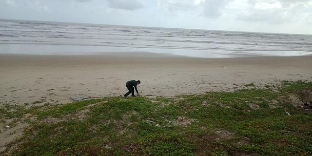 Tiếp tục vận động người dân giao nộp bánh heroin dạt vào bãi biển - 2