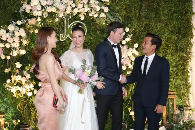 """Trường Giang, Nhã Phương xúc động trong đám cưới """"có một không hai"""" của Hoàng Oanh - 12"""