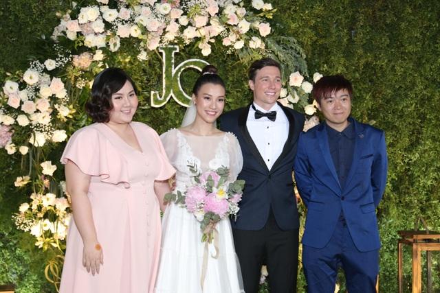 """Trường Giang, Nhã Phương xúc động trong đám cưới """"có một không hai"""" của Hoàng Oanh - 16"""