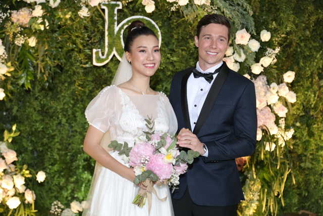 """Trường Giang, Nhã Phương xúc động trong đám cưới """"có một không hai"""" của Hoàng Oanh - 3"""