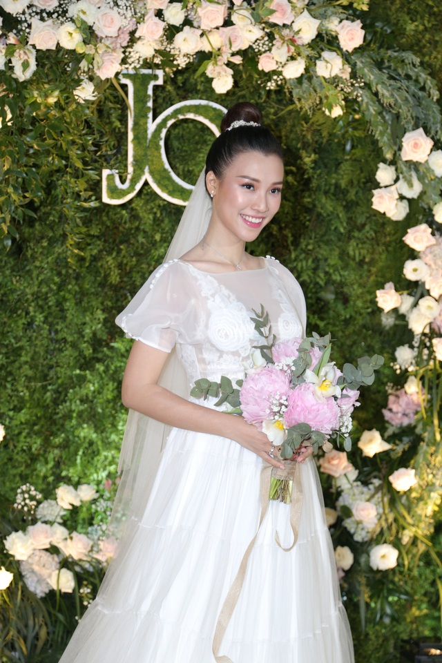 """Trường Giang, Nhã Phương xúc động trong đám cưới """"có một không hai"""" của Hoàng Oanh - 1"""