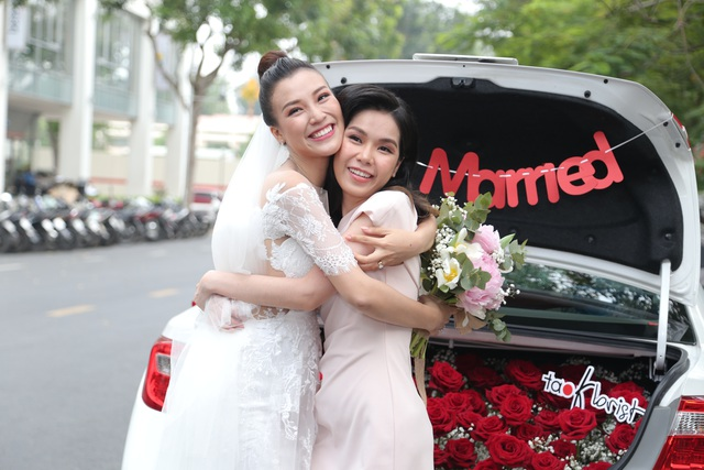 """Trường Giang, Nhã Phương xúc động trong đám cưới """"có một không hai"""" của Hoàng Oanh - 19"""