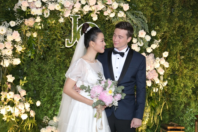 """Trường Giang, Nhã Phương xúc động trong đám cưới """"có một không hai"""" của Hoàng Oanh - 2"""