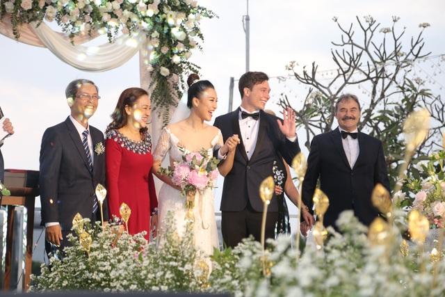 """Trường Giang, Nhã Phương xúc động trong đám cưới """"có một không hai"""" của Hoàng Oanh - 10"""