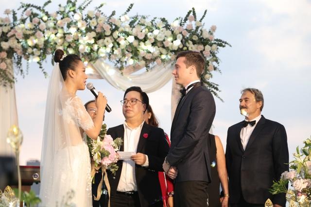 """Trường Giang, Nhã Phương xúc động trong đám cưới """"có một không hai"""" của Hoàng Oanh - 9"""