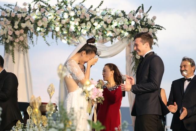 """Trường Giang, Nhã Phương xúc động trong đám cưới """"có một không hai"""" của Hoàng Oanh - 5"""