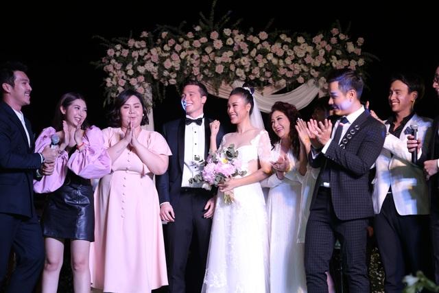 """Trường Giang, Nhã Phương xúc động trong đám cưới """"có một không hai"""" của Hoàng Oanh - 21"""