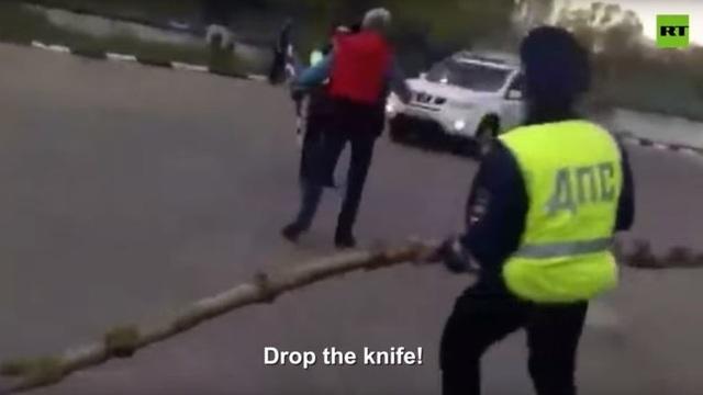 Video cảnh sát Nga dùng cành cây hạ gục nghi phạm cầm dao - 1