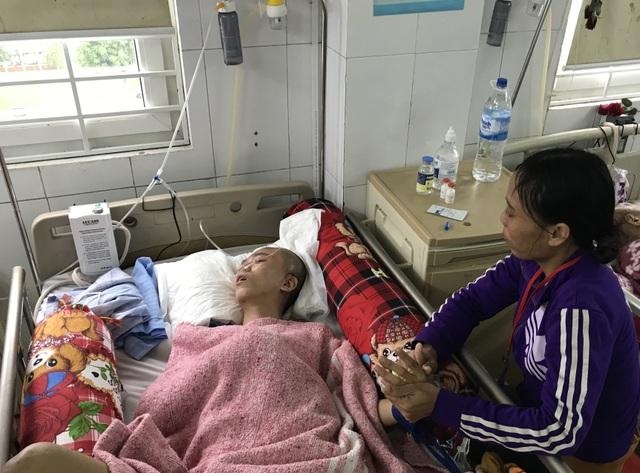 Người mẹ nghèo đơn thân nghẹn ngào nhìn con trai hiếu thảo thoi thóp trên giường bệnh - 1