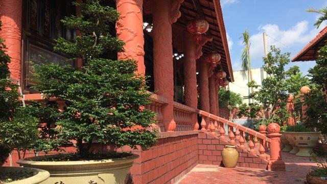Ngôi nhà phủ gốm đỏ chất đầy đồ cổ độc nhất miền Tây - 1