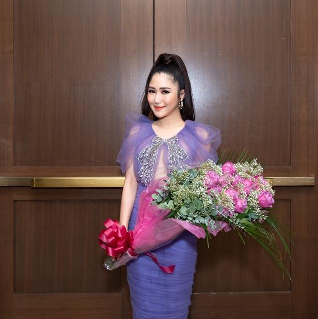 Hương Tràm mua hoa tặng Lệ Quyên  - 4