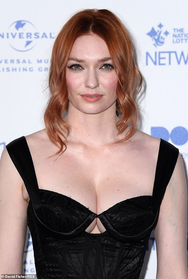 Người đẹp Eleanor Tomlinson khoe ngực căng đầy - 1