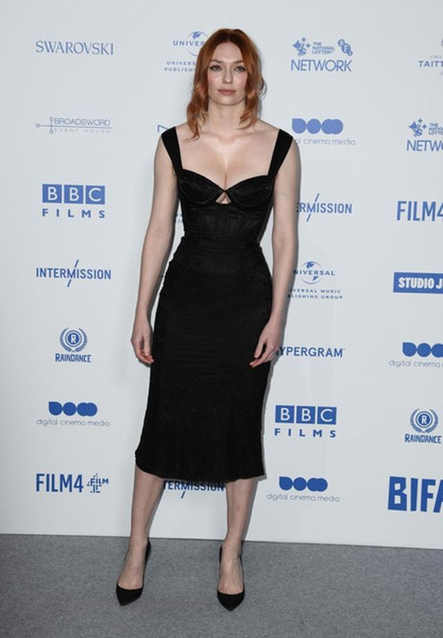 Người đẹp Eleanor Tomlinson khoe ngực căng đầy - 4