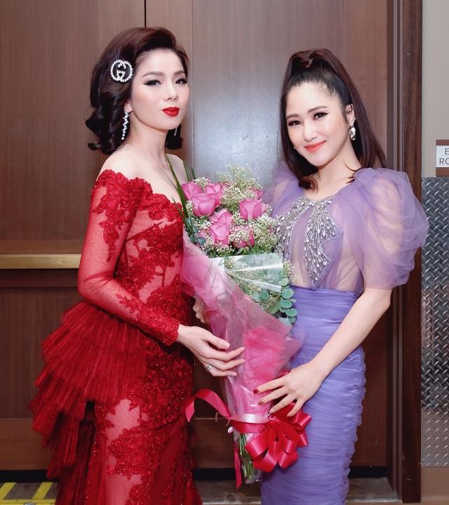 Hương Tràm mua hoa tặng Lệ Quyên  - 1