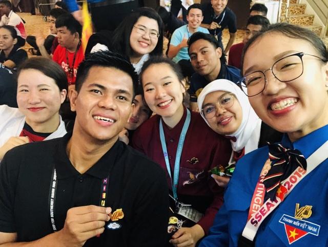 Bạn bè Đông Nam Á thích thú chụp hình với huy hiệu thanh niên Việt Nam - 2