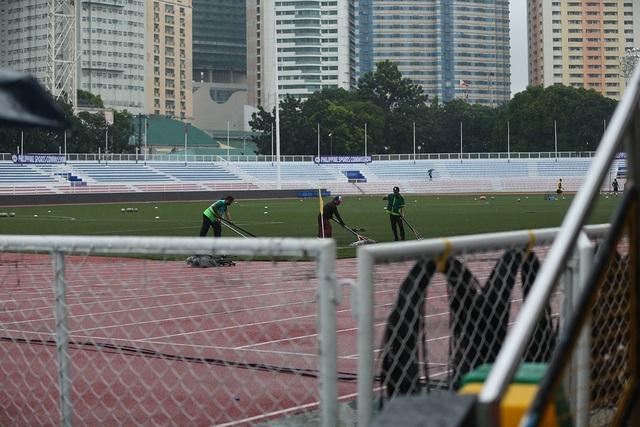 Sân Rizal Memorial ngập nước trước trận đấu U22 Việt Nam gặp U22 Singapore - 6