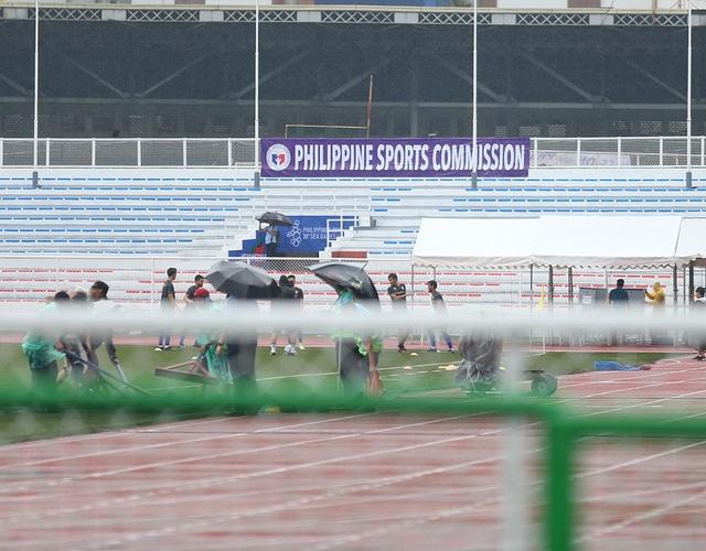 Sân Rizal Memorial ngập nước trước trận đấu U22 Việt Nam gặp U22 Singapore - 11