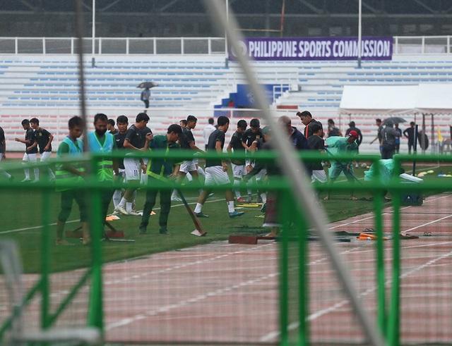Sân Rizal Memorial ngập nước trước trận đấu U22 Việt Nam gặp U22 Singapore - 12