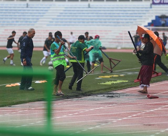 Sân Rizal Memorial ngập nước trước trận đấu U22 Việt Nam gặp U22 Singapore - 5
