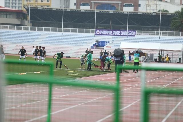 Sân Rizal Memorial ngập nước trước trận đấu U22 Việt Nam gặp U22 Singapore - 9