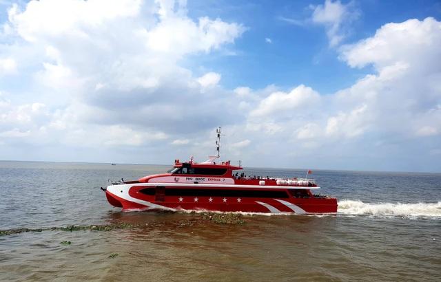 Tàu cao tốc tạm dừng hành trình, quay đầu cứu 4 người trôi dạt trên biển - 1