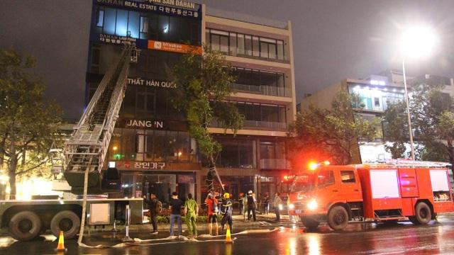 8 xe cứu hỏa khẩn cấp dập đám cháy ngôi nhà 5 tầng tại Đà Nẵng - 1