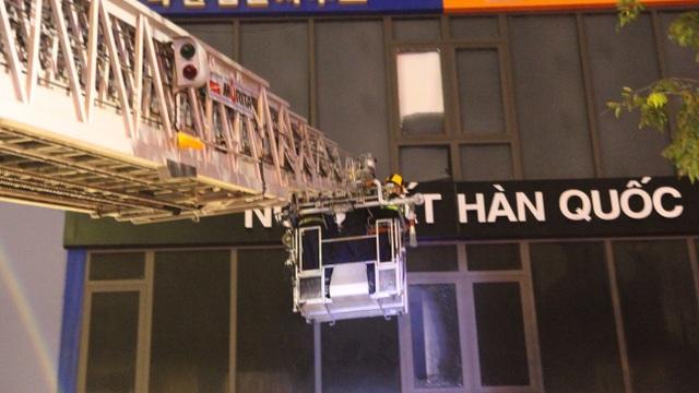 8 xe cứu hỏa khẩn cấp dập đám cháy ngôi nhà 5 tầng tại Đà Nẵng - 4