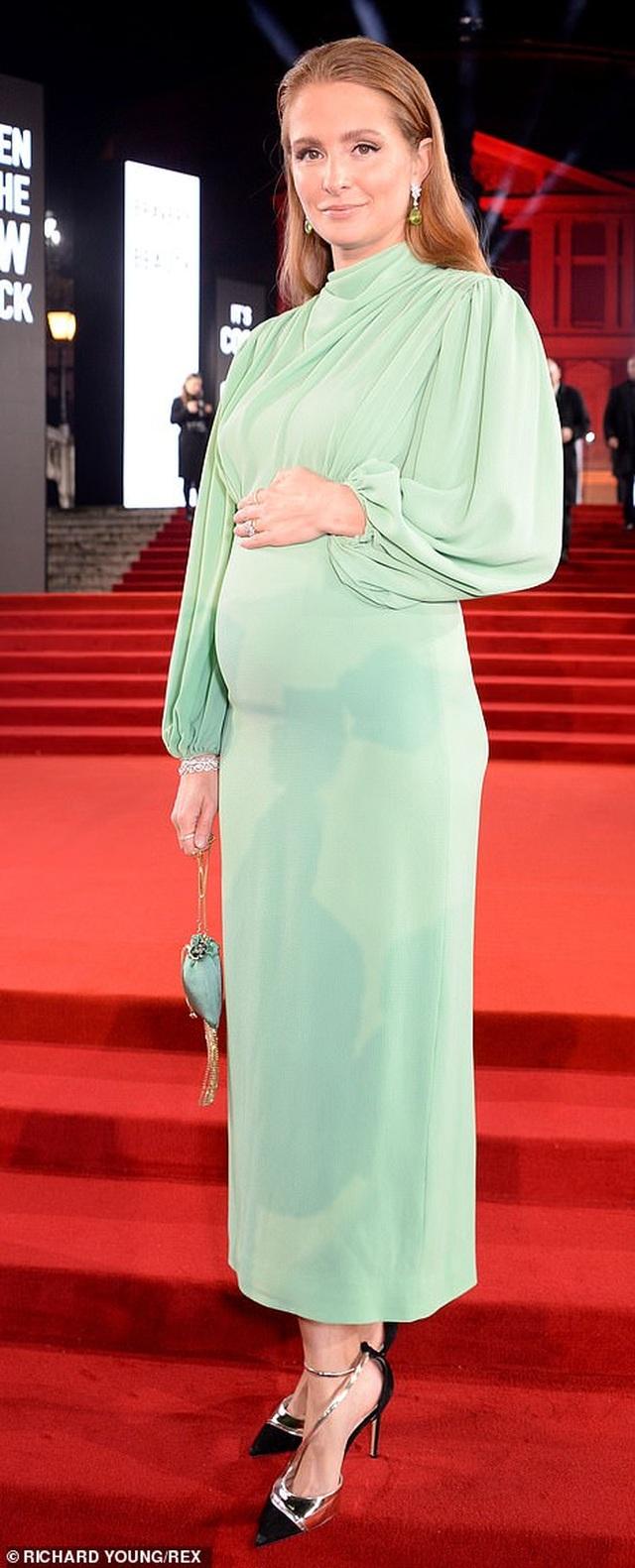 Siêu mẫu bạch biến khoe ngực căng đầy tại lễ trao giải thời trang Anh quốc - 13