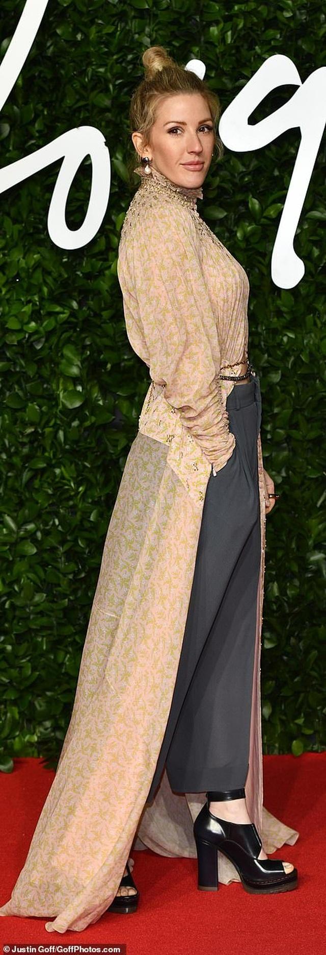 Siêu mẫu bạch biến khoe ngực căng đầy tại lễ trao giải thời trang Anh quốc - 30