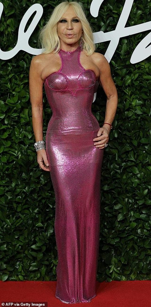 Siêu mẫu bạch biến khoe ngực căng đầy tại lễ trao giải thời trang Anh quốc - 31