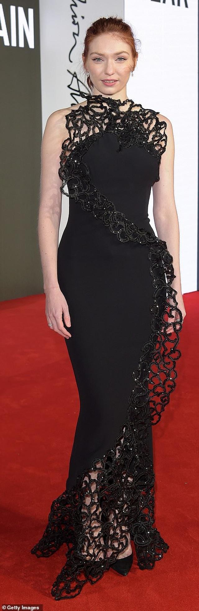 Siêu mẫu bạch biến khoe ngực căng đầy tại lễ trao giải thời trang Anh quốc - 32