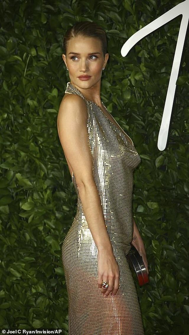 Siêu mẫu bạch biến khoe ngực căng đầy tại lễ trao giải thời trang Anh quốc - 39