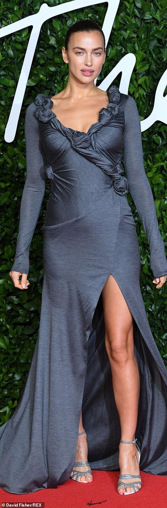 Siêu mẫu bạch biến khoe ngực căng đầy tại lễ trao giải thời trang Anh quốc - 44