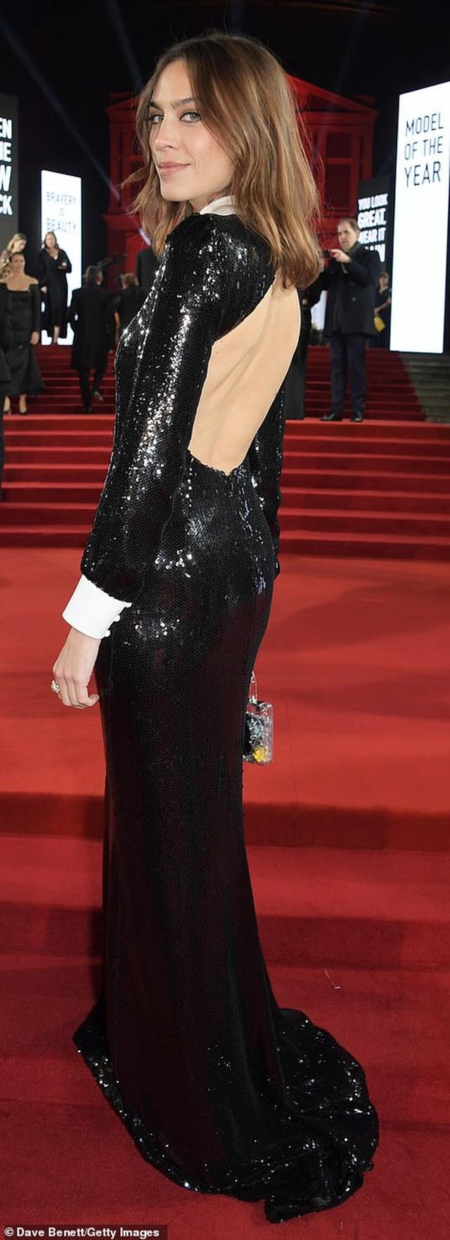 Siêu mẫu bạch biến khoe ngực căng đầy tại lễ trao giải thời trang Anh quốc - 46