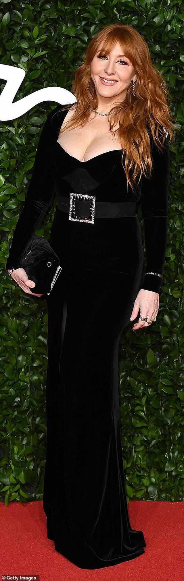 Siêu mẫu bạch biến khoe ngực căng đầy tại lễ trao giải thời trang Anh quốc - 62
