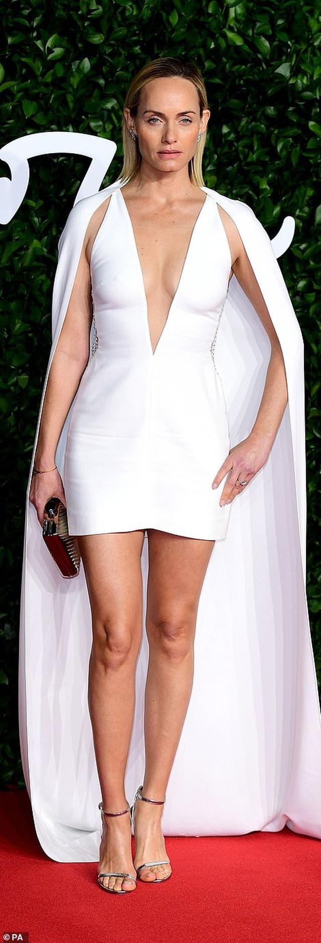 Siêu mẫu bạch biến khoe ngực căng đầy tại lễ trao giải thời trang Anh quốc - 68