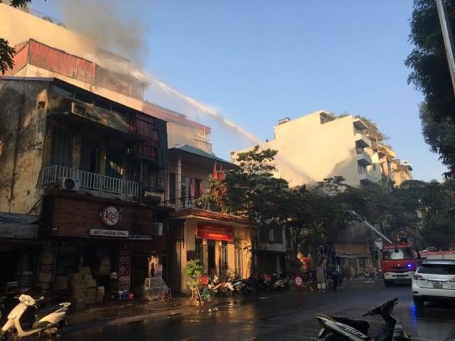Hà Nội: Quán karaoke 7 tầng trên phố Thi Sách bốc cháy - 3