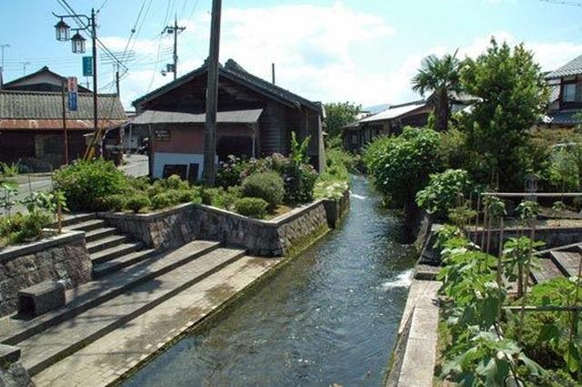 Đến ngôi làng có nước sạch đến mức người dân rửa bát, nấu cơm ngay ở kênh mương nuôi cá - 2