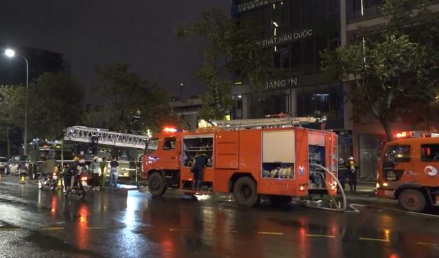 8 xe cứu hỏa khẩn cấp dập đám cháy ngôi nhà 5 tầng tại Đà Nẵng - 2