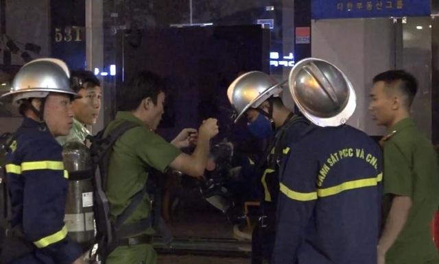 8 xe cứu hỏa khẩn cấp dập đám cháy ngôi nhà 5 tầng tại Đà Nẵng - 3