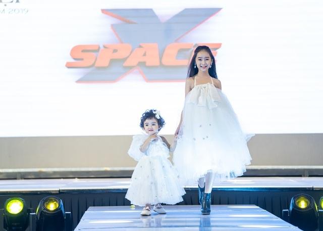 Lịm tim trước màn trình diễn thời trang của mẫu nhí 2 tuổi - 2