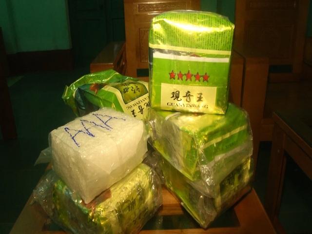 Chất rắn trong 7 gói vuông in chữ Trung Quốc dạt vào bờ biển chính xác là ma túy - 1