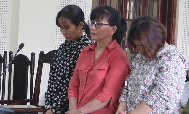 Nữ cán bộ giúp 2 phụ nữ lừa chạy việc ngành y - 1